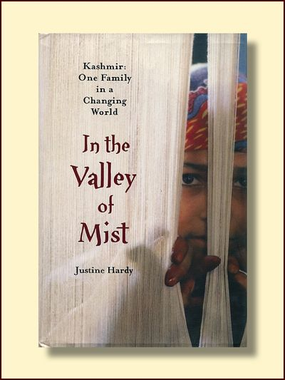 In the Valley of Mist Kashmir: One Family in a Changing World, Hardy, Justine